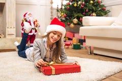 Adolescente con el regalo de Navidad Imagen de archivo libre de regalías