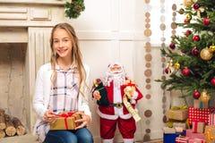 Adolescente con el regalo de Navidad Imagenes de archivo