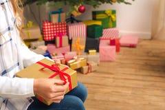 Adolescente con el regalo de Navidad Foto de archivo libre de regalías