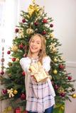 Adolescente con el regalo de Navidad Foto de archivo