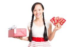 Adolescente con el regalo y saludos Fotografía de archivo libre de regalías