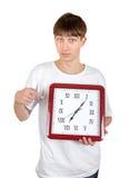 Adolescente con el reloj grande Fotos de archivo libres de regalías