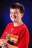Adolescente con el retrato de la trompeta Imagen de archivo libre de regalías