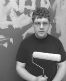Adolescente con el rodillo de pintura BW Fotografía de archivo libre de regalías
