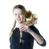 Adolescente con el saxofón en estudio con el fondo blanco Fotos de archivo libres de regalías
