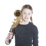 Adolescente con el saxofón en estudio con el fondo blanco Imagen de archivo