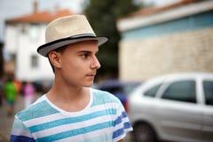 Adolescente con el sombrero al aire libre Imágenes de archivo libres de regalías
