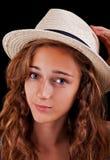 Adolescente con el sombrero amarillento Fotografía de archivo