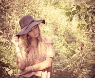 Adolescente con el sombrero negro en bosque imágenes de archivo libres de regalías