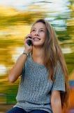 Adolescente con el teléfono Imagenes de archivo