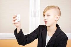 Adolescente con el teléfono Fotos de archivo libres de regalías