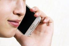 Adolescente con el teléfono Fotografía de archivo libre de regalías