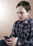 Adolescente con el teléfono celular Foto de archivo