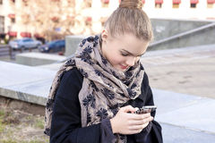 Adolescente con el teléfono celular al aire libre Imagenes de archivo