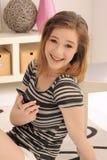 Adolescente con el teléfono celular de la pantalla táctil Foto de archivo