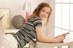 Adolescente con el teléfono celular de la pantalla táctil Fotos de archivo libres de regalías
