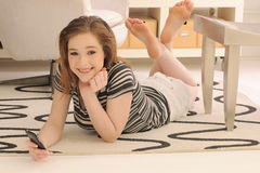 Adolescente con el teléfono celular de la pantalla táctil Imágenes de archivo libres de regalías