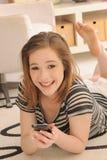 Adolescente con el teléfono celular de la pantalla táctil Imagen de archivo libre de regalías