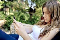 adolescente con el teléfono elegante Imagen de archivo