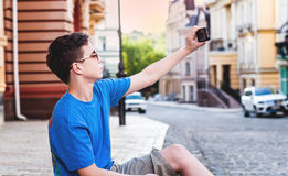 Adolescente con el teléfono en la calle Imágenes de archivo libres de regalías