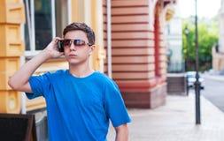 Adolescente con el teléfono en la calle Fotografía de archivo