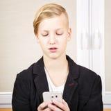 Adolescente con el teléfono en manos Imagen de archivo