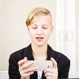 Adolescente con el teléfono en manos Fotos de archivo libres de regalías