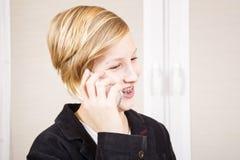 Adolescente con el teléfono en manos Imagenes de archivo