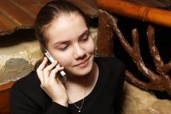 Adolescente con el teléfono móvil Imagen de archivo libre de regalías