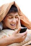 Adolescente con el teléfono móvil Imagen de archivo