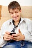 Adolescente con el teléfono móvil Fotografía de archivo libre de regalías
