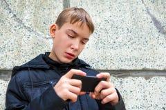 Adolescente con el teléfono móvil Foto de archivo libre de regalías