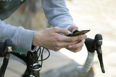 Adolescente con el teléfono móvil Imágenes de archivo libres de regalías