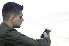 Adolescente con el teléfono móvil Fotos de archivo libres de regalías