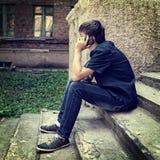 Adolescente con el teléfono móvil al aire libre Imagenes de archivo