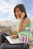 Adolescente con el teléfono y el cuaderno Imágenes de archivo libres de regalías