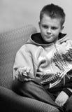 Adolescente con el telecontrol Fotos de archivo