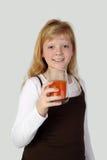 Adolescente con el vidrio de jugo de zanahoria Fotografía de archivo libre de regalías