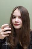 Adolescente con el vidrio de vino Foto de archivo