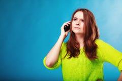 Adolescente con hablar del teléfono móvil Fotografía de archivo
