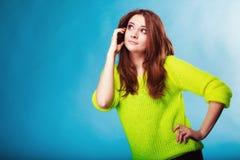 Adolescente con hablar del teléfono móvil Imagenes de archivo