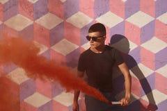 Adolescente con humo coloreado Imagen de archivo