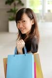 Adolescente con i sacchetti di acquisto fotografia stock