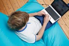 Adolescente con il computer portatile Fotografie Stock