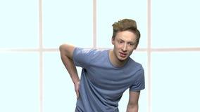 Adolescente con il forte mal di schiena video d archivio
