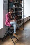 Adolescente con il libro Immagini Stock