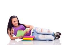 Adolescente con il libro che si trova sul pavimento Immagine Stock Libera da Diritti