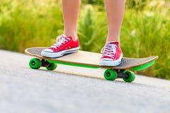 Adolescente con il pattino fotografia stock libera da diritti