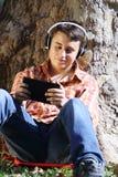 Adolescente con il pc del ridurre in pani Fotografia Stock