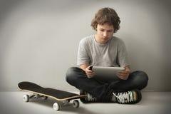 Adolescente con il pc del ridurre in pani Fotografia Stock Libera da Diritti